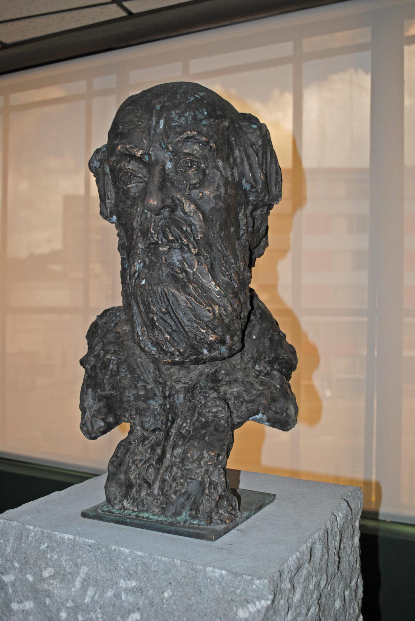 А.Солженицын, высота 260 см, бронза, гранит, 2012 год, Кито, Эквадор A. Solzhenitsyn, height 260 cm, bronze, granite, 2012, Quito, Ecuador